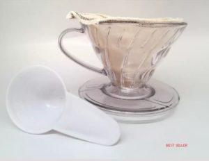 """Deskripsi Produk V60 02 Gater untuk Alat Penyaring Kopi - Coffee Dripper dan Pour Over Kit Harga Murah - Gater bukan Hario Spesifikasi : >> Bahan : Akrilik (Plastik tahan panas Food Grade) >> Kapasitas : 1-4 cup Isi dalam paket : >> 1 V60-02 >> 1 Cloth Filter (Kain Saring) >> 1 Sendok takar (Measuring Spoon) Salah satu alat kopi yang umum digunakan orang adalah V60 Gater. Bentuknya kerucut atau seperti huruf V dan mirip cangkir membuat yang melihatnya perlu memperhatikan secara saksama. Penggunaannya sangat mudah, untuk menyaring kopi sudah dilengkapi dengan kain penyaring. Kinerja Gater V60 yang dengan kain saring tersebut sering kali diperdebatkan oleh kritisi, karena dianggap telah menghilangkan minyak kopi yang mampu menimbulkan rasa umami yang terdapat didalamnya. Walaupun ekstraksi dari pour over tersebut akan membuatnya memiliki sedikit minyak, tapi ternyata tidak terlalu masalah karena telah hadir banyak karakter kopi yang memiliki intensitas lebih kuat. Prainfusi yang disarankan ketika menggunakannya adalah sekitar 30 detik. Untuk menuangkan airnya direkomendasikan memakai kettle atau teko berleher angsa. Ketika melakukan penuangan yaitu dengan perlahan-lahan tanpa jeda, dan bukan tetes demi tetes. Hal itu akan menyebabkan arus air yang mengalir tidak lemah tapi juga tidak terlalu kencang dan dianjurkan untuk tetap konstan. Air dari hasil ekstraksi tersebut akan menetes ke dalam gelas. Tetesan itu karena adanya tekanan yang terpusat pada sisi kerucut Gater V60 serta dari lekukan-lekungan pada bagian kiri dan kanan yang membantu menekan untuk sampai di tengah. Pelajari sebelum membeli, jadilah pembeli cerdas. Gaharu Coffee Shop """"Jadikan Rumahmu Cafemu"""" Kami menjual kopi espresso blend, kopi java moca, kopi lampung, kopi flores, kopi wamena, kopi toraja, kopi luwak, kopi gayo, baik robusta maupun arabika. Selain itu kami juga menjual manual, alat pembuat kopi espresso, murah, alat kopi seperti teko leher angsa mesin kopi moka pot saringan filter mesin espress"""